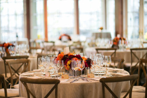 PHOTO-CREDIT-Sara-Wight-Photography_Andrea-Freeman-wedding-table-setting-with-fall-romantic-flowers